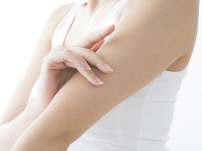 「メンソレータム皮フ軟化クリーム」は気になる二の腕などのブツブツ・赤みを治せる。